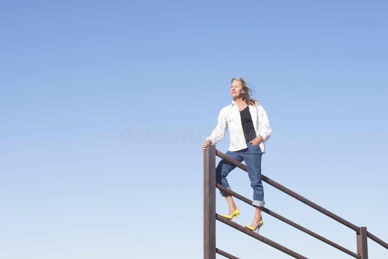 Zekere vrouw omhoog hoog op vooruitzicht openlucht stock afbeeldingen