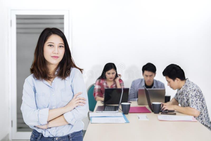 Zekere vrouwelijke ondernemer dichtbij haar commercieel team stock afbeeldingen