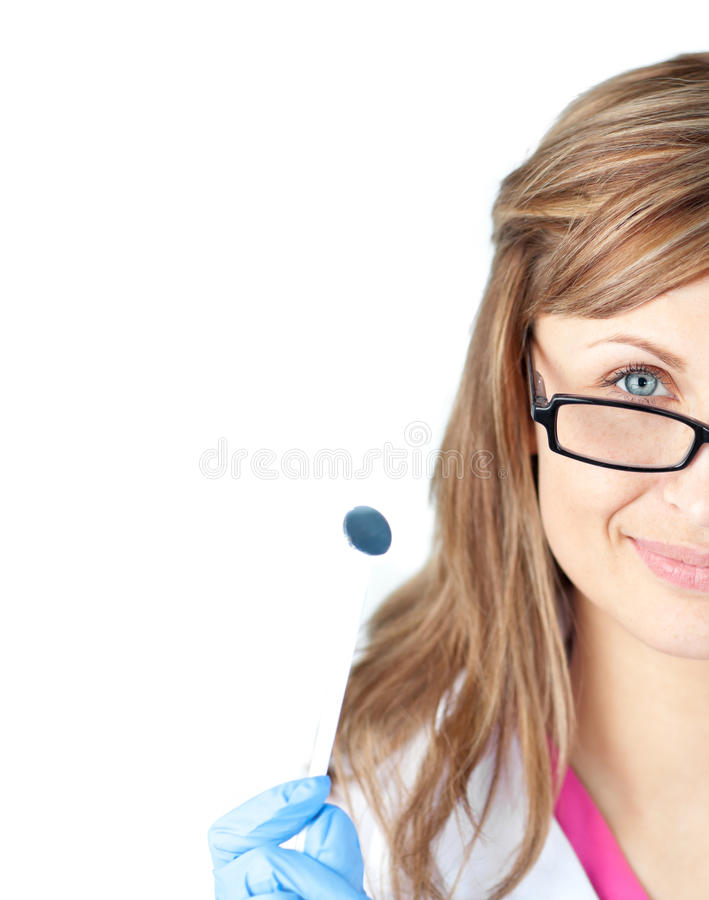 Zekere vrouwelijke tandheelkundige die een speculum houdt stock afbeeldingen