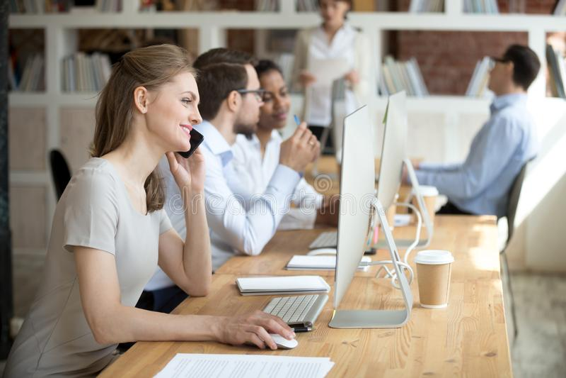 Zekere werknemer die telefonisch met cliënt, klant spreken stock foto's