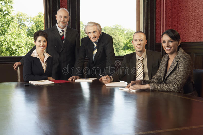 Zekere Zaken Team At Conference Table stock foto