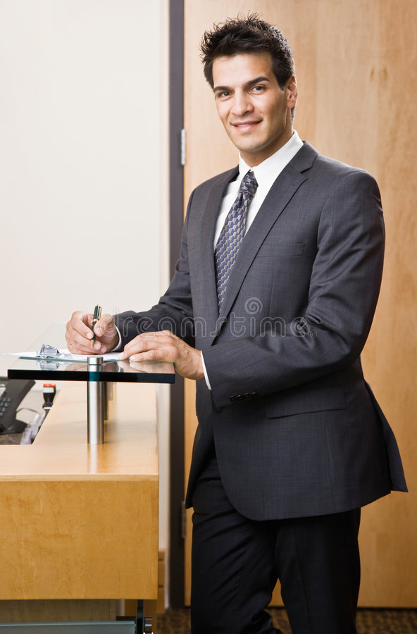 Zekere zakenman die op klembord schrijft royalty-vrije stock afbeelding