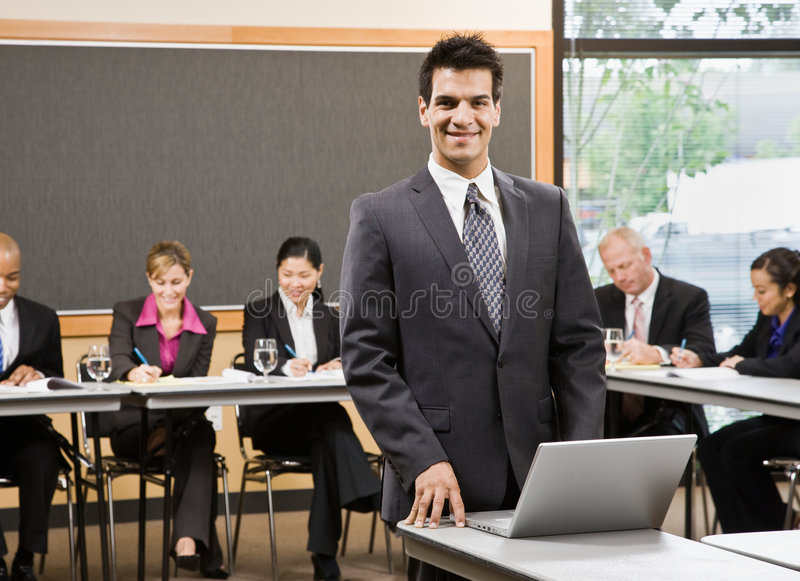 Zekere zakenman die voor presentatie voorbereidingen treft stock foto's