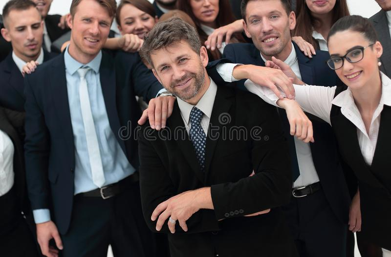 Zekere zakenman die zich op achtergrond van haar commercieel team bevinden royalty-vrije stock foto's