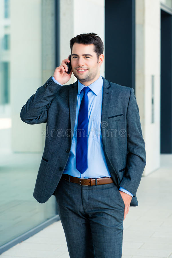 Zekere zakenman openlucht gebruikende telefoon royalty-vrije stock foto