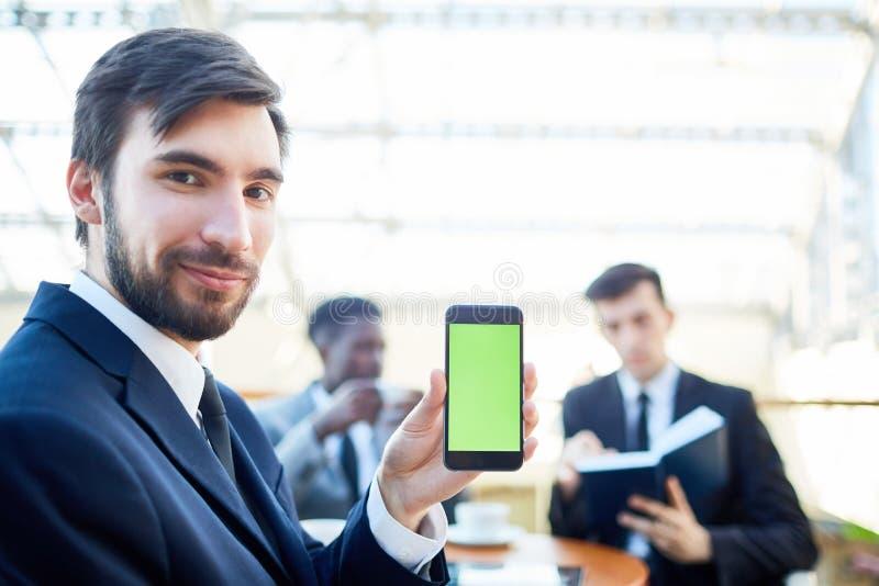 Zekere Zakenman Presenting Mobile App royalty-vrije stock fotografie