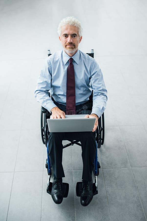 Zekere zakenman in rolstoel stock afbeelding