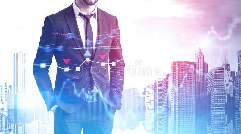 Zekere zakenman in stad, forex grafieken stock foto's