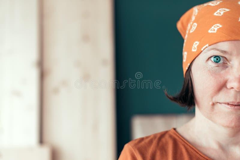 Zekere zelf - aangewend vrouwelijk timmermans helft-gezicht portret royalty-vrije stock afbeelding
