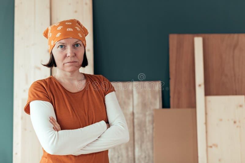 Zekere zelf - aangewend vrouwelijk timmermansportret stock afbeelding