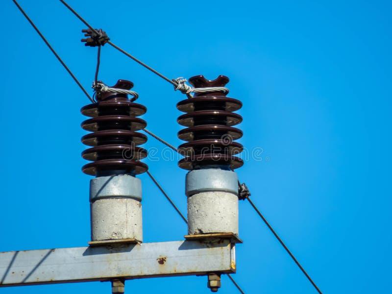 Zekeringen op een elektropool stock afbeelding