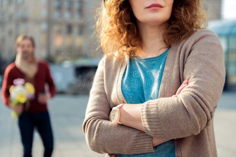Zelżony damy czekanie dla jej chłopaka na ulicie obrazy royalty free