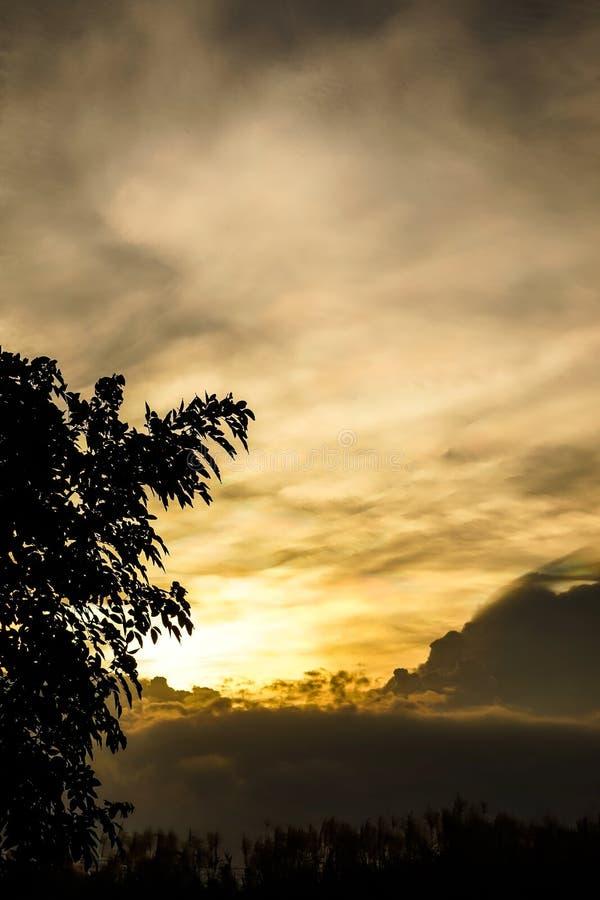 Zeldzaam veelkleurig wolkensilhouet royalty-vrije stock fotografie