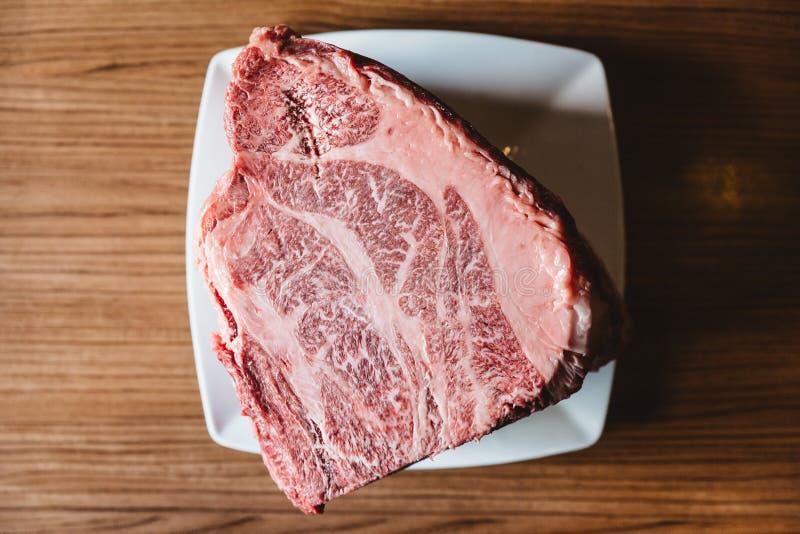 Zeldzame authentieke A5 sorteren Japans Wagyu-rundvleesfilethaakwerk Mignon met hoog-marmertextuur Zonder botten en sappig voor h stock afbeeldingen