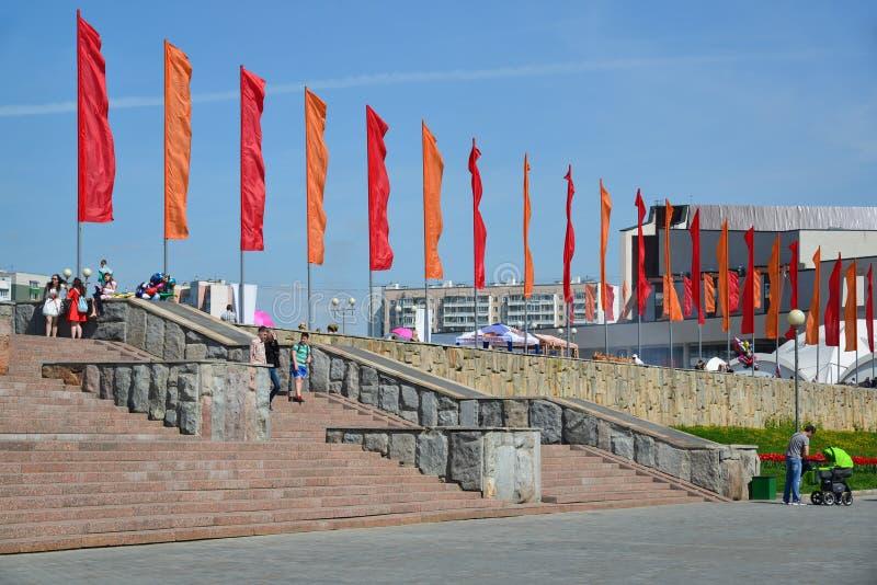 Zelenograd Ryssland - Maj 09 2016 Den centrala fyrkanten dekorerade med flaggorna av Victory Day royaltyfri bild