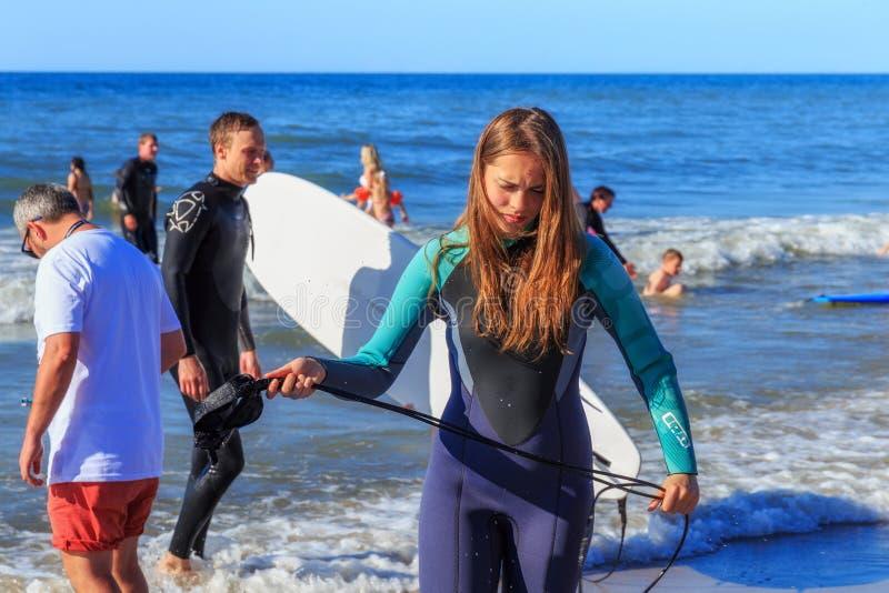 ZELENOGRADSK, ΠΕΡΙΟΧΉ KALININGRAD, ΤΗΣ ΡΩΣΊΑΣ - 29 ΙΟΥΛΊΟΥ 2017: Άγνωστη νέα γυναίκα στο wetsuit που στέκεται σε μια παραλία στοκ φωτογραφία με δικαίωμα ελεύθερης χρήσης