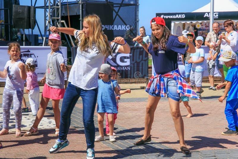 ZELENOGRADSK, KALININGRAD region ROSJA, LIPIEC, - 29, 2017: Niewiadomi dzieci tanczy nowożytnych tanów na ulicie zdjęcie royalty free