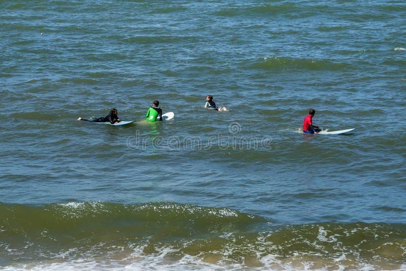 ZELENOGRADSK, KALININGRAD region ROSJA, LIPIEC, - 29, 2017: Niewiadomi surfingowowie odpoczywa i ma kipiel na błękitnych fala fotografia royalty free
