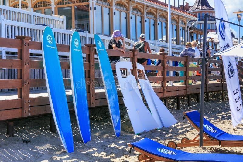 ZELENOGRADSK, RÉGION DE KALININGRAD, RUSSIE - 29 JUILLET 2017 : Peu de planches de surf sur une plage sablonneuse sur la mer balt images stock