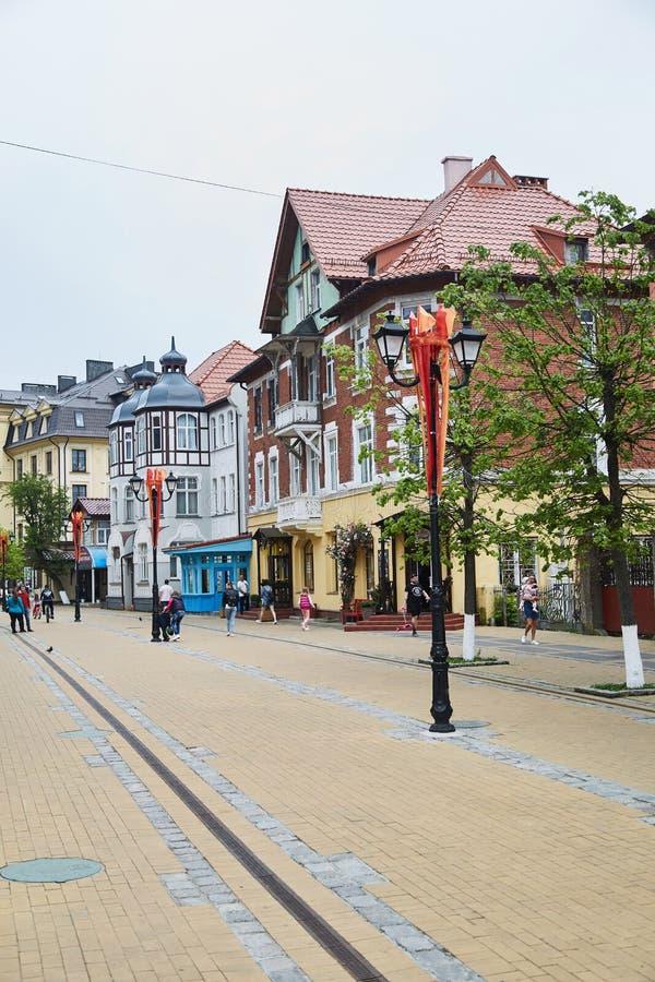 Zelenogradsk, Rússia - 25 DE MAIO DE 2019: Alguns povos estão andando na rua pedestre da estância turística, horas de verão imagem de stock royalty free