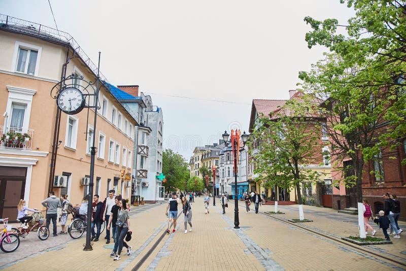 Zelenogradsk, Rússia - 25 DE MAIO DE 2019: Alguns povos estão andando na rua pedestre da estância turística, horas de verão foto de stock royalty free
