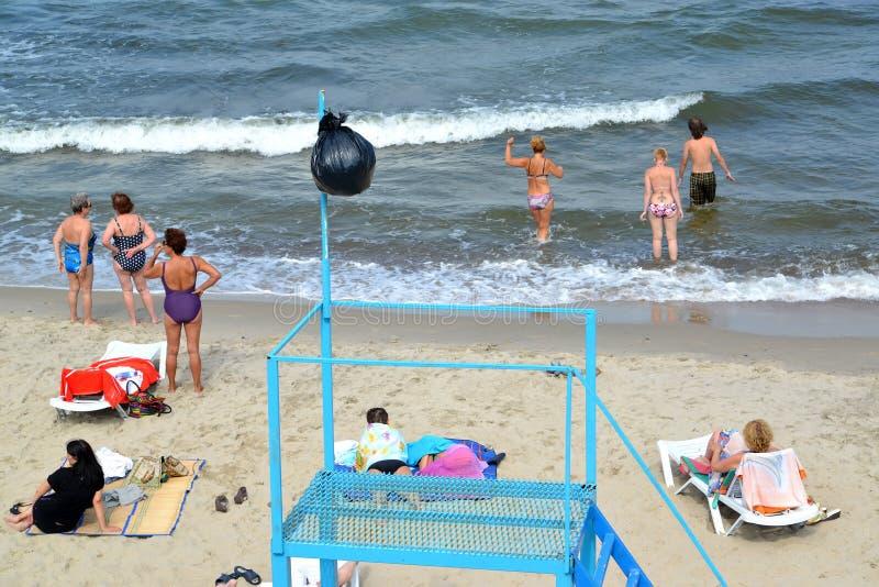 Zelenogradsk, Rússia Povos no beachon da cidade o banco do mar Báltico foto de stock