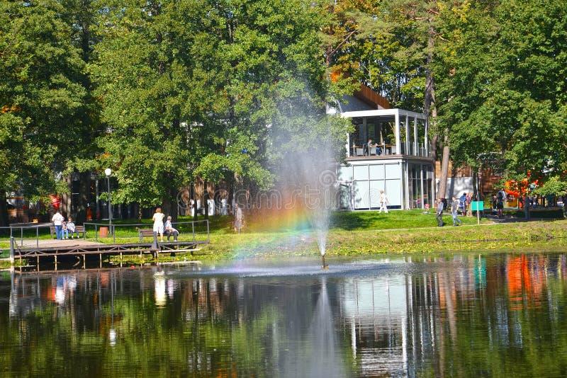 Zelenogradsk, Rússia Um arco-íris na fonte do parque da cidade Região de Kaliningrad imagens de stock royalty free
