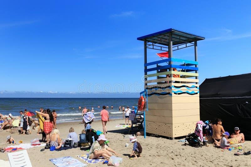 ZELENOGRADSK, REGIÃO DE KALININGRAD, RÚSSIA - 29 DE JULHO DE 2017: Povos desconhecidos que descansam em um Sandy Beach na costa d fotos de stock royalty free