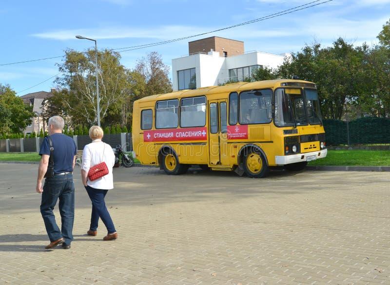 Zelenogradsk, Rusland De bus met de inschrijvingspost van Redding +costs op de straat Het gebied van Kaliningrad Russische tekst royalty-vrije stock foto's