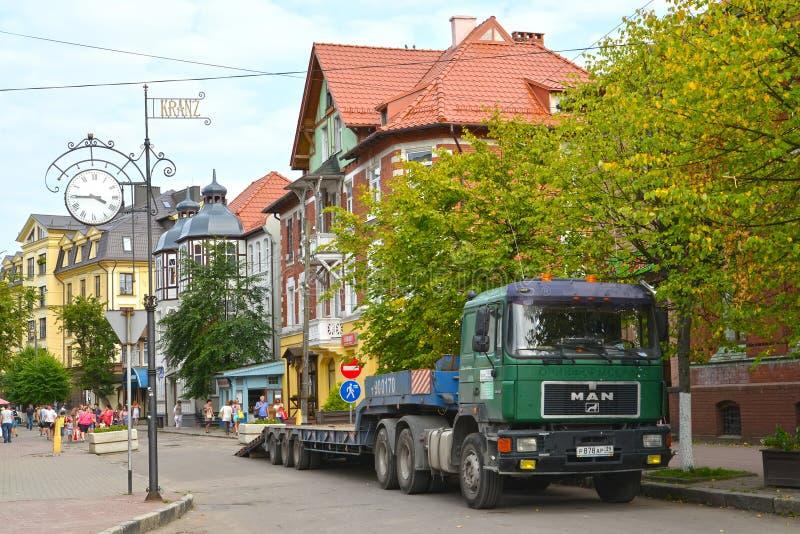 ZELENOGRADSK, RUSSI Eine Stadtlandschaft mit Straßenstunden auf Kurortny-Allee stockbilder