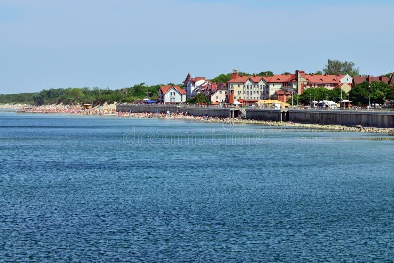 ZELENOGRADSK, RUSSIE - 24 peut 2014 : les touristes les prennent un bain de soleil sur la plage de la station touristique de Zele photos stock