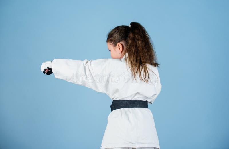 Zelf - defensievaardigheden De karate geeft gevoel van vertrouwen Sterk en zeker jong geitje Zij is gevaarlijk Meisje weinig kind stock fotografie