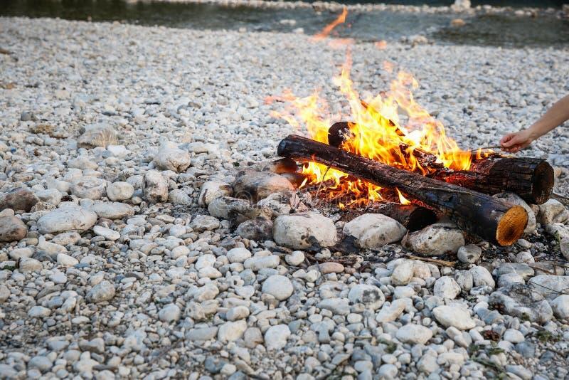 Zelf-gemaakt kampvuur door de bergrivier stock foto