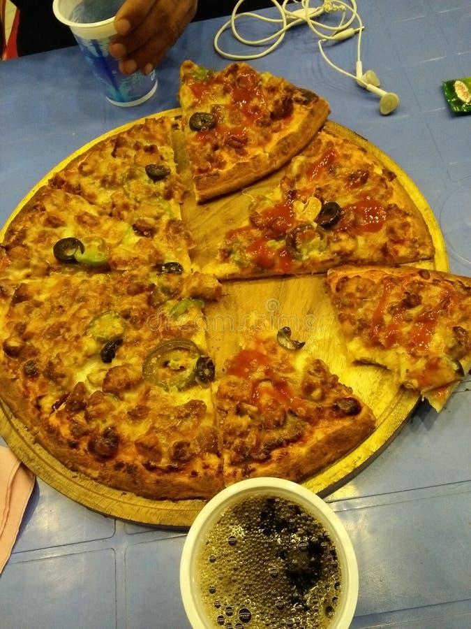 Zelf gemaakte pizza stock afbeeldingen
