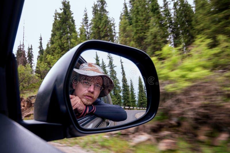 Zelf-portret in het drijven van auto stock foto