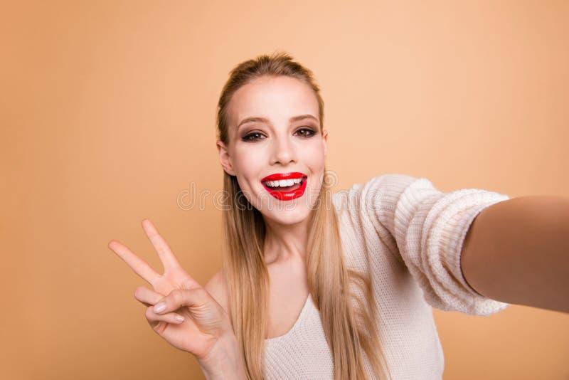 Zelf-portret van haar zij aardig leuk fascinerend aantrekkelijk betoverend vrolijk vrolijk recht-haired meisje die wit dragen royalty-vrije stock afbeeldingen