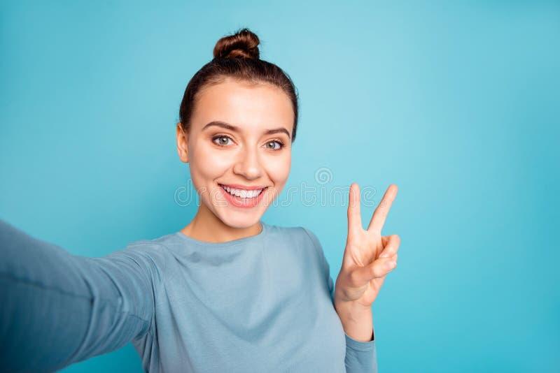 Zelf-portret van haar zij mooi aantrekkelijk aantrekkelijk zoet lief mooi vrolijk vrolijk optimistisch meisje die v tonen royalty-vrije stock afbeeldingen