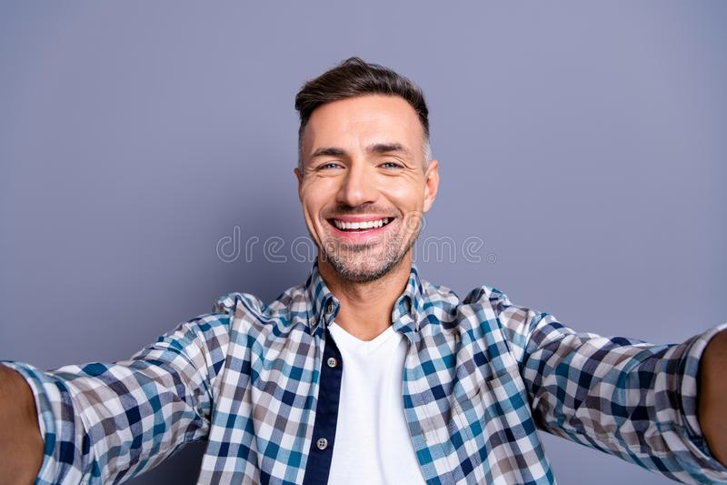 Zelf-portret van van hem hij aardige aantrekkelijke vrolijke vrolijke gebaarde grijs-haired kerel die gecontroleerd overhemd drag stock foto's