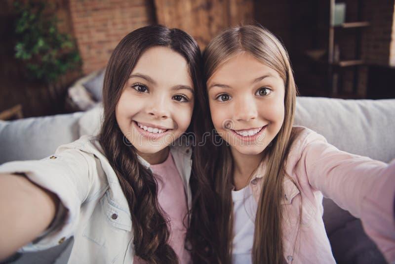 Zelf-portret van twee het aardige lieve vriendschappelijke mooie zoete aantrekkelijke charmante verschillende vrolijke vrolijke m royalty-vrije stock foto