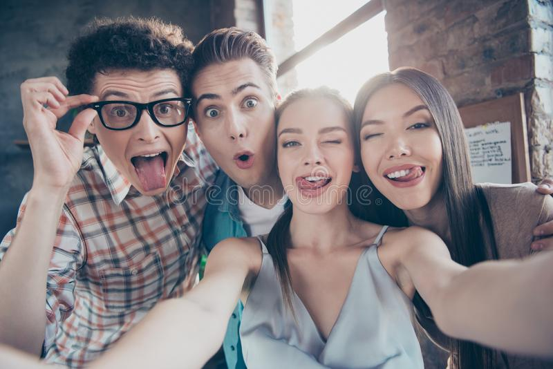 Zelf-portret van vier vrolijke blije aanbiddelijke mensen, knap Ne stock fotografie