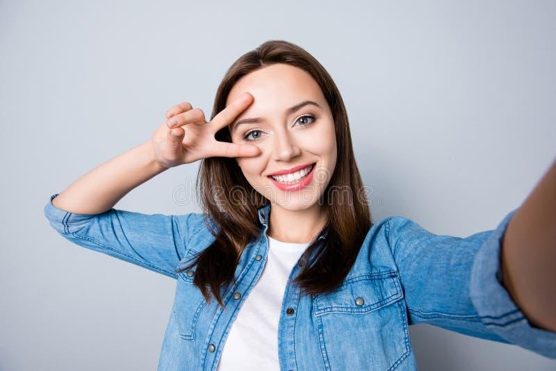 Zelf-portret van zeker donkerbruin leuk meisje met het richten smil royalty-vrije stock fotografie