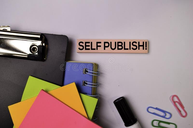 Zelf publiceer! op kleverige nota's die op witte achtergrond worden geïsoleerd stock foto