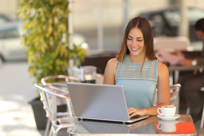 Zelf - tewerkgestelde vrouw of student die in een restaurant werken stock afbeeldingen