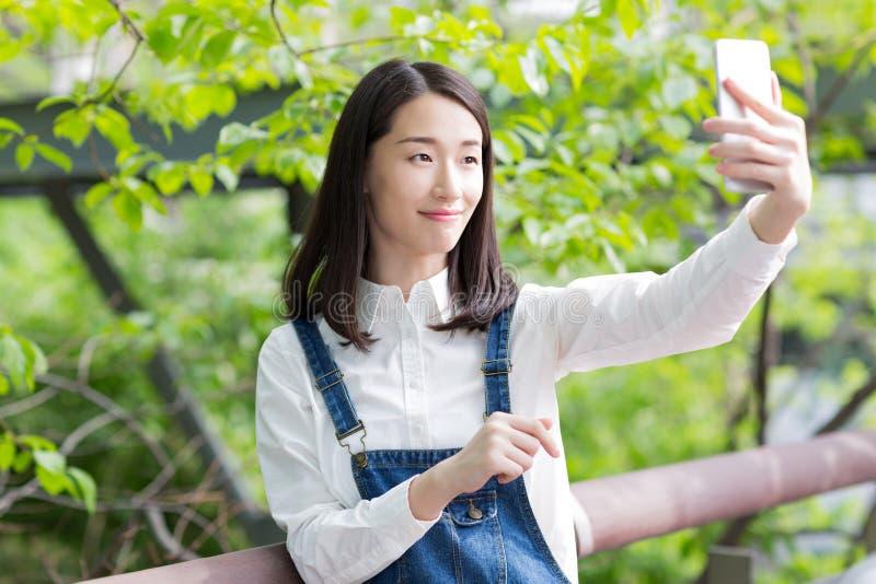 Zelf-tijdopnemermeisje in het park stock foto