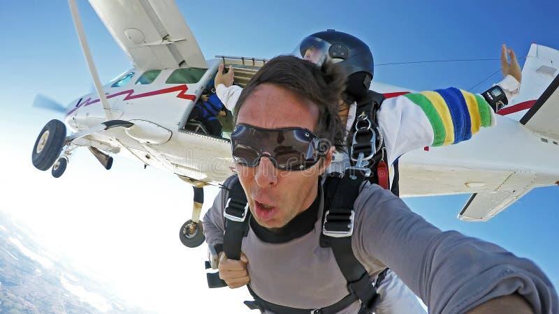 Zelfportret die sprong achter elkaar van het vliegtuig skydiving stock afbeeldingen
