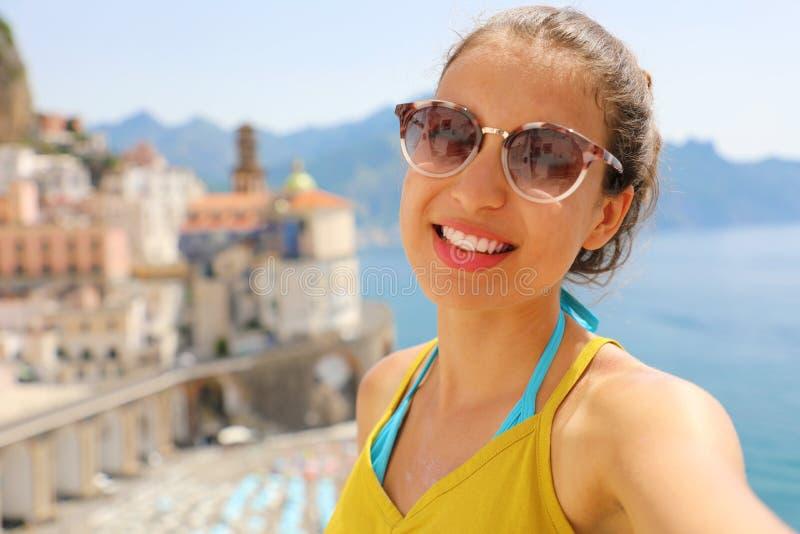 Zelfportret van jonge glimlachende vrouw met zonnebril in Atrani-dorp, Amalfi Kust, Italië royalty-vrije stock foto's