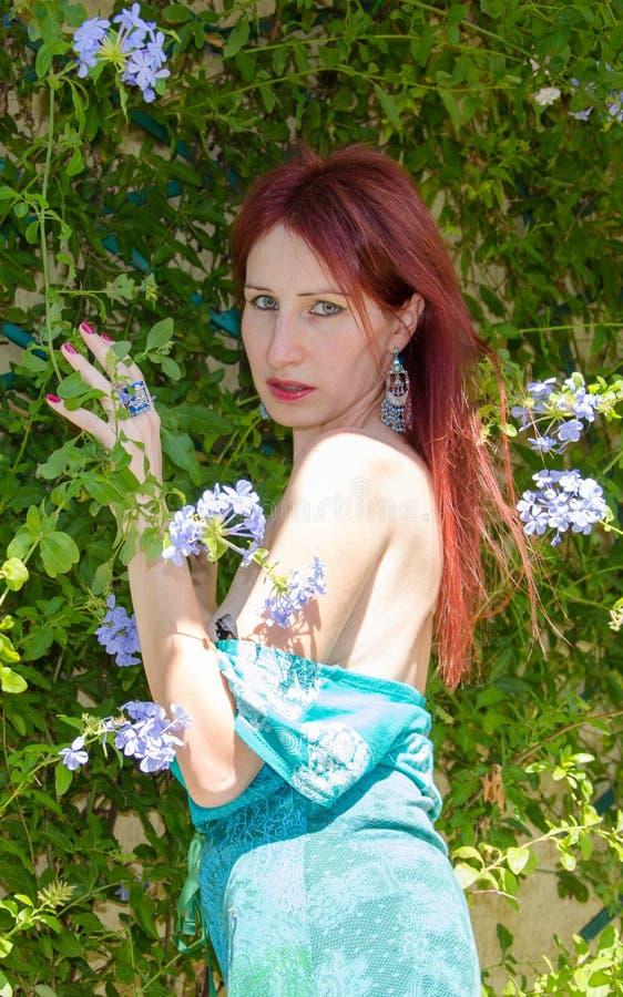 Zelfportret van rode vrouw stock foto