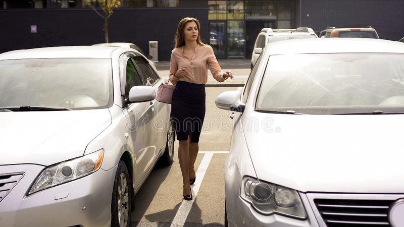 Zelfverzekerde bedrijfsvrouw die aan auto lopen, die huis na werkdag terugkeren royalty-vrije stock foto's