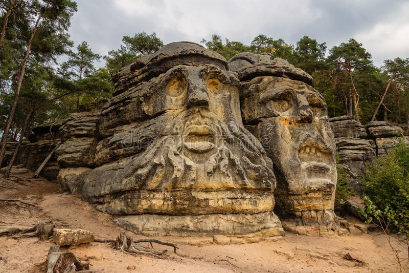 Zelizy, чехия - 9-ое сентября 2018: Одна из голов дьявола, скульптуры утеса создалось взиманием налогов Vaclav стоковая фотография