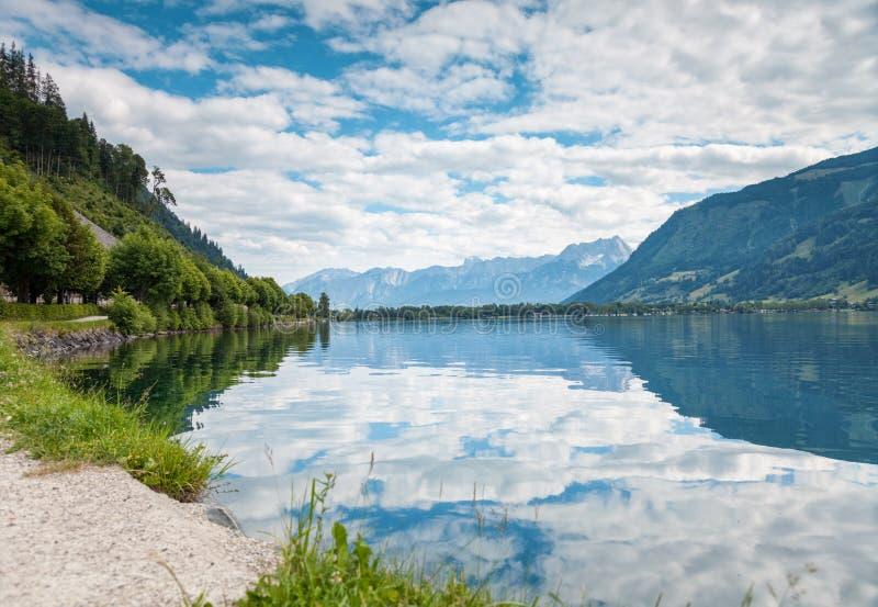 Zell f.m. ser sjön i Österrike royaltyfri fotografi
